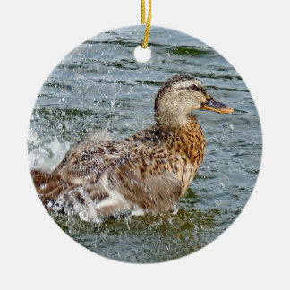 Stockenten-Ente, die im Wasser spielt Keramik Ornament
