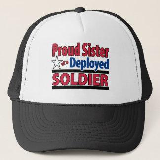 Stolze Schwester eines entfalteten Soldaten Truckerkappe