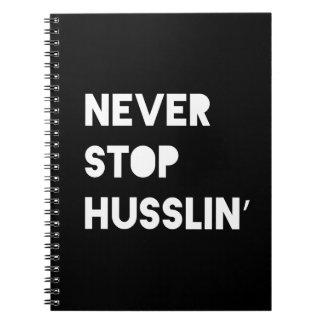 Stoppen Sie nie Husslin Schwarz-weißes motivierend Notizbuch