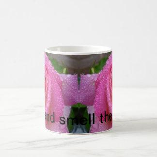 Stoppen Sie und riechen Sie die Rosen-Tasse Tasse