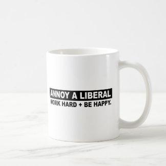 STÖREN SIE EINE LIBERALE ARBEIT STARK UND SEIEN KAFFEETASSE
