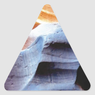Stöße und Klumpen in den Felsen Dreieckiger Aufkleber