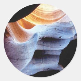 Stöße und Klumpen in den Felsen Runder Aufkleber