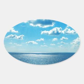 Strahlen über dem Meer Ovaler Aufkleber