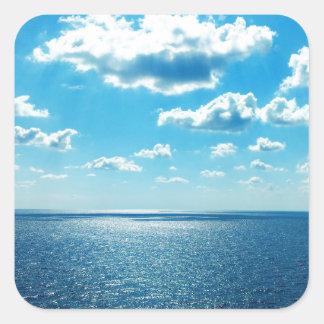 Strahlen über dem Meer Quadratischer Aufkleber