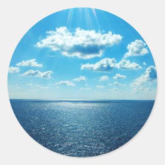 Strahlen über dem Meer Runder Aufkleber