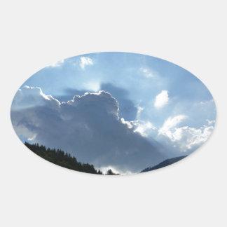Strahlen und Wolken Ovaler Aufkleber
