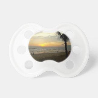 Strand-Sonnenaufgang mit Palme Schnuller