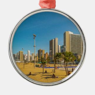 Strand und Gebäude von Fortaleza Brasilien Rundes Silberfarbenes Ornament