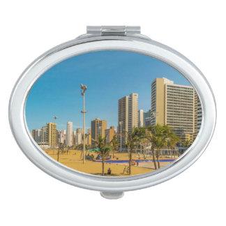 Strand und Gebäude von Fortaleza Brasilien Taschenspiegel
