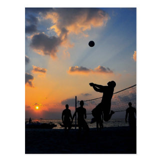 Strand-Volleyball am Sonnenuntergang Postkarte