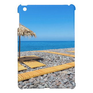Strandschirme mit Weg und Steine an der Küste iPad Mini Hülle