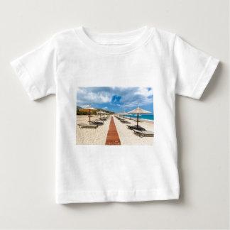 Strandschirme und Nichtstuer in griechischem Meer Baby T-shirt