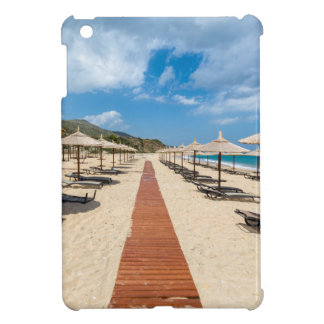 Strandschirme und Nichtstuer in griechischem Meer iPad Mini Hülle