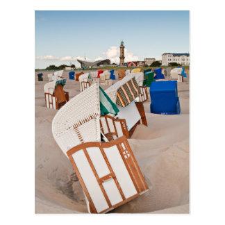 Strandstühle und Leuchtturm in Warnemuende Postkarte