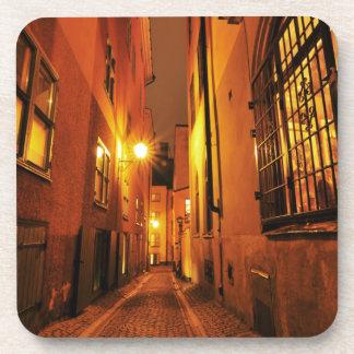 Straße in Gamla Stan in Stockholm, Schweden nachts Getränkeuntersetzer