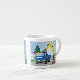 Straßenbaustelle mit blauem LKW und gelben Bagger Espressotasse