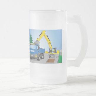 Straßenbaustelle mit blauem LKW und gelben Bagger Mattglas Bierglas