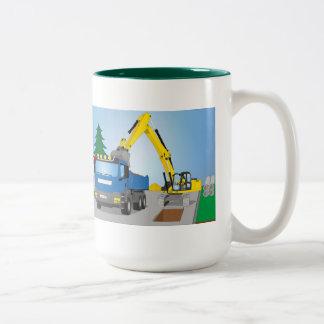 Straßenbaustelle mit blauem LKW und gelben Bagger Zweifarbige Tasse