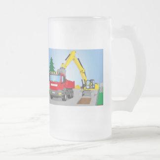 Straßenbaustelle mit rotem LKW und gelben Bagger Mattglas Bierglas