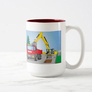 Straßenbaustelle mit rotem LKW und gelben Bagger Zweifarbige Tasse