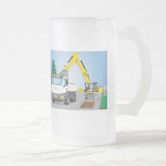 Straßenbaustelle mit weißem LKW und gelben Bagger Mattglas Bierglas