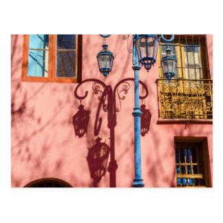 Straßenbeleuchtung und rosa Wand Postkarte