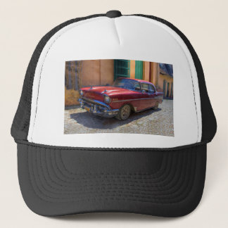 Straßenszene mit altem Auto in Havana Truckerkappe