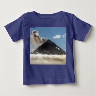 Stratovolcano Feder des Gases, Dampf, Asche vom Baby T-shirt