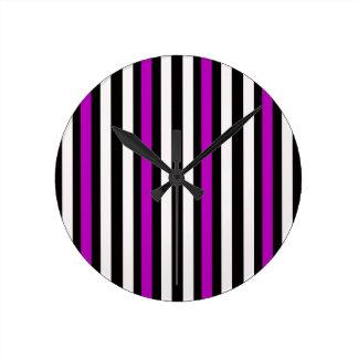 Streifen-vertikales lila Schwarz-weißes Runde Wanduhr