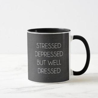 Stressed drückte aber wohles gekleidet nieder tasse
