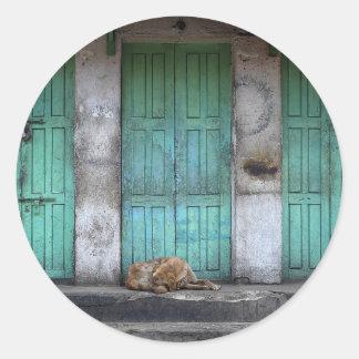 Streunende Hunde und runder Aufkleber der grünen