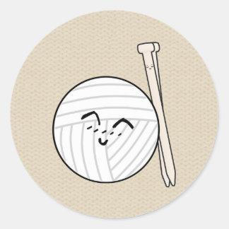 Strickende Nadeln u. Garn-Cartoon ♥ Handwerk Runder Aufkleber