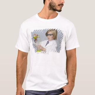 Strömende Flüssigkeit des Jungen in Becher T-Shirt