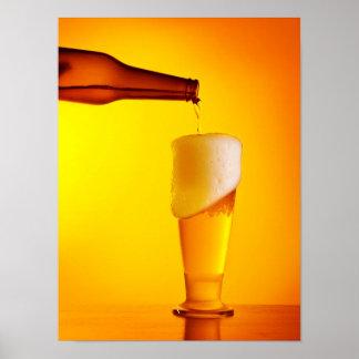 Strömendes Bier des Kellners, Glas eines kalten Poster