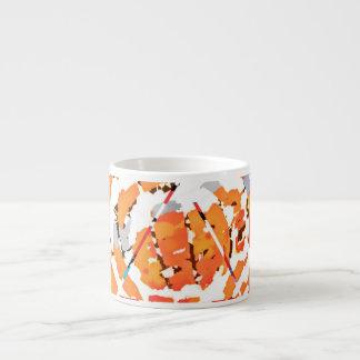 Stückchen und Stücke von orange Espresso Tasse