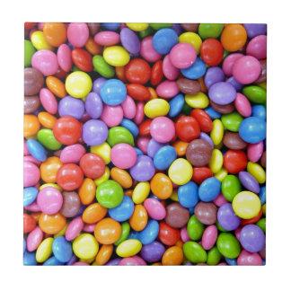 Stücke der bunten Süßigkeit Kleine Quadratische Fliese