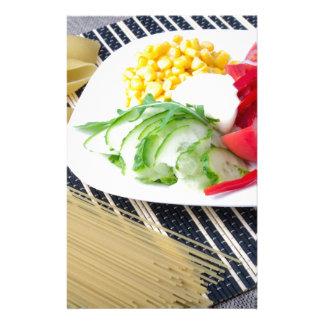 Stücke frisches rohes Gemüse auf einer weißen Briefpapier