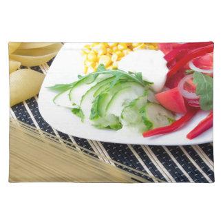 Stücke frisches rohes Gemüse auf einer weißen Tischset