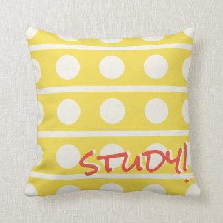 Studien-oder Schlaf-Tupfen im Weiß auf irgendeiner Kissen