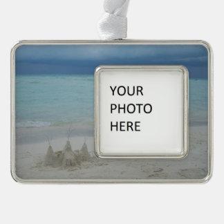 Stürmische Sandcastle-Strand-Landschaft Rahmen-Ornament Silber