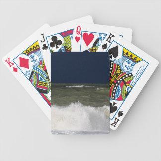 Stürmisches Meer mit Wellen und ein dunkelblauer Bicycle Spielkarten