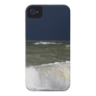 Stürmisches Meer mit Wellen und ein dunkelblauer iPhone 4 Case-Mate Hülle