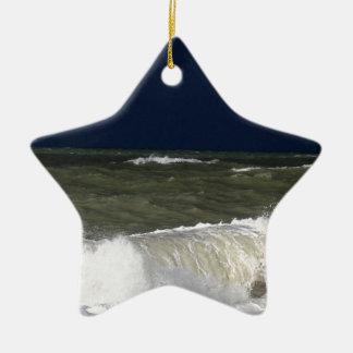 Stürmisches Meer mit Wellen und ein dunkelblauer Keramik Ornament