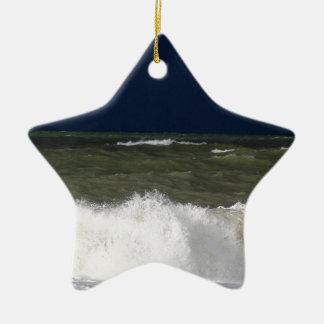 Stürmisches Meer mit Wellen und ein dunkelblauer Keramik Stern-Ornament
