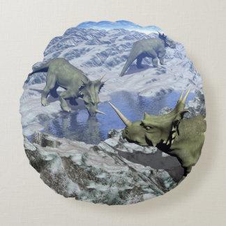 Styracosaurus nahe Wasser 3D übertragen Rundes Kissen