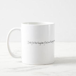 Suchen Sie zuerst Kaffeetasse