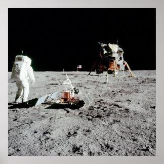 Summen-Aldrin und Mondfähre auf dem Mond Poster