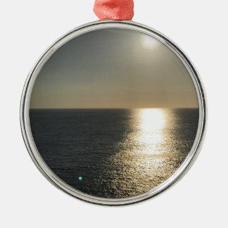 Sun auf Wasser Rundes Silberfarbenes Ornament