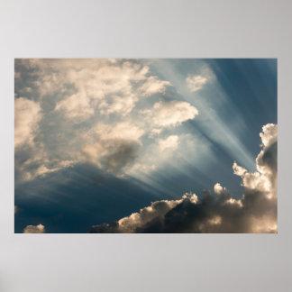 Sun-Casting strahlt Abflussrinne die Wolken Poster